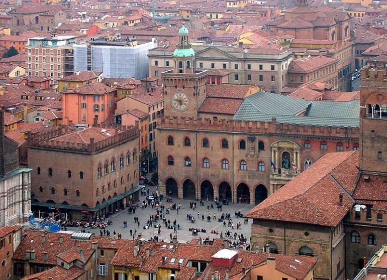 Palazzo dei notai and Palazzo d'Accursio, in Piazza Maggiore, Bologna, Italia.
