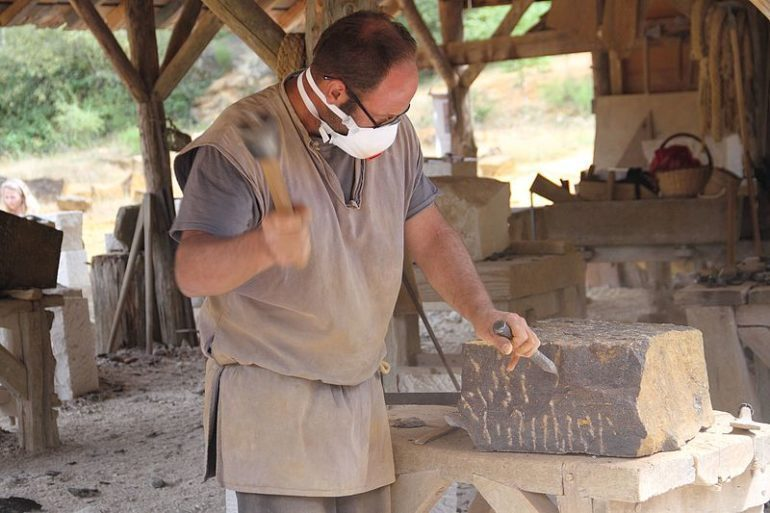 Stonemason_at_Guedelon