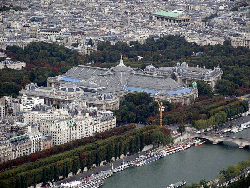 Grand Palais, gezien vanaf de Eiffeltoren, Parijs, Frankrijk.