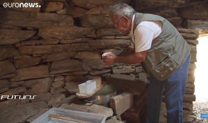 Alekos Ntgiadas sta facendo il formaggio