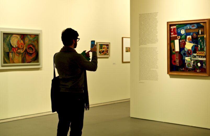 L'uomo di scattare una foto di un dipinto in un museo