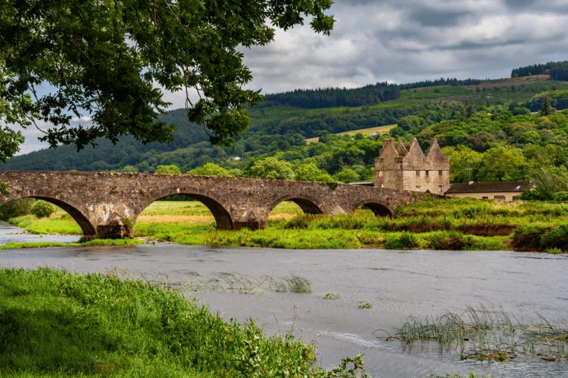 Un pont traversant une rivière à Tipperary, Irlande