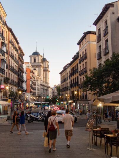 Una via dello shopping a Madrid chiamata Calle de Toledo