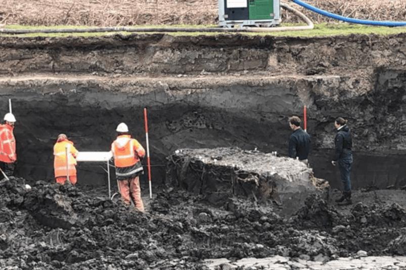 Gli archeologi scoprono una struttura fatta di argilla e pali di legno; una sorta di diga, argine o terrapieno